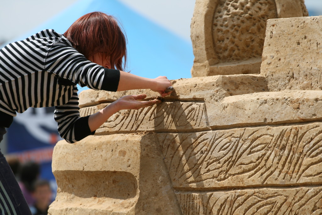 Sedina_Sand_Statue_-_sculptor_at_work